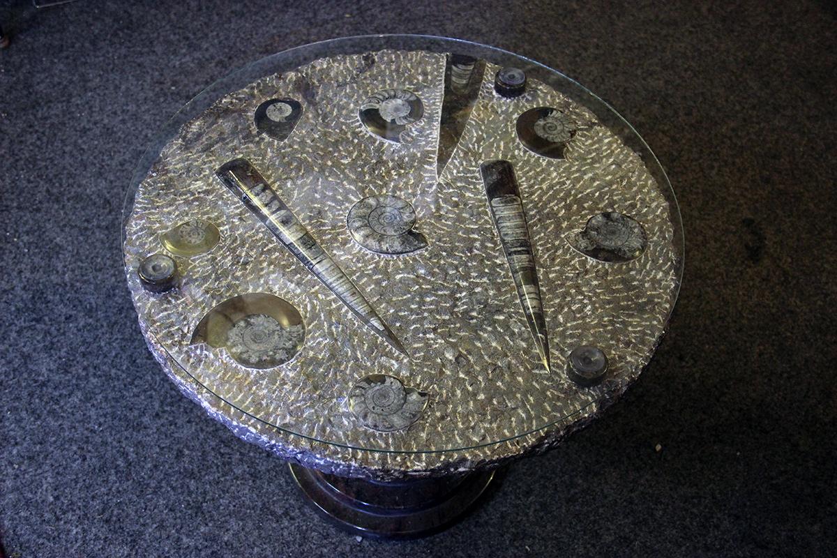 Stol s fosilima amonita