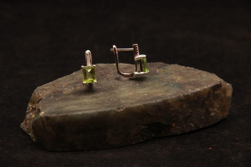 naušnice s peridotom
