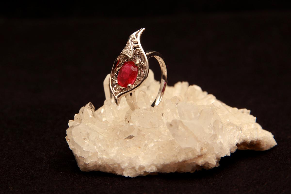 prsten s rubinom