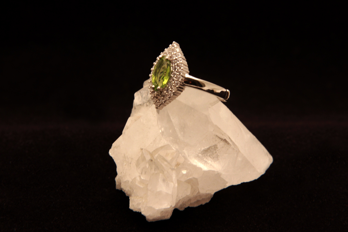 Peridot na prstenu
