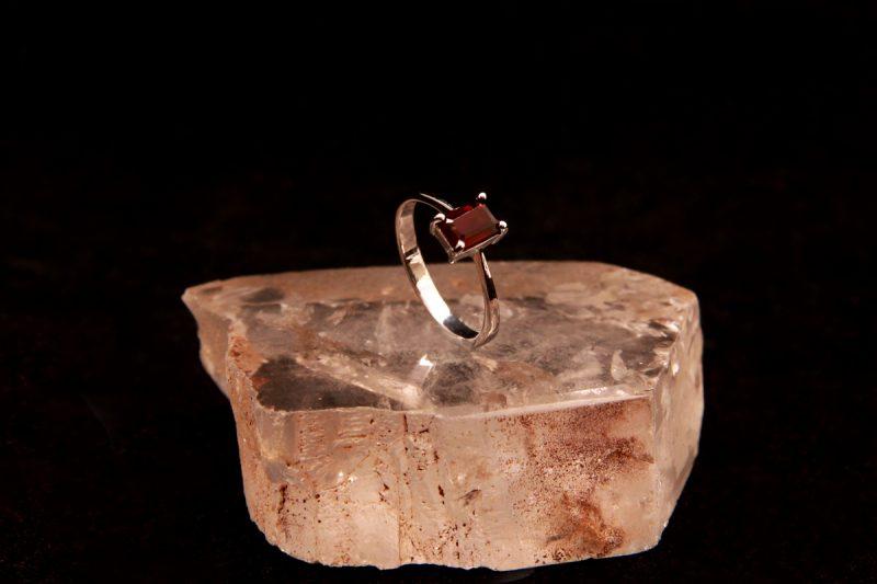 prsten sa granatom