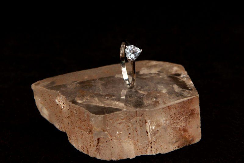 prsten sa topazom