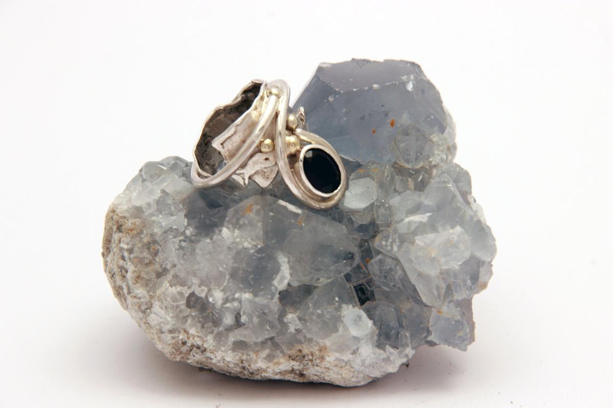srebrni prsten sa iolitom