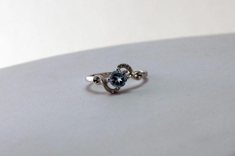 Prsten od srebra i topaza