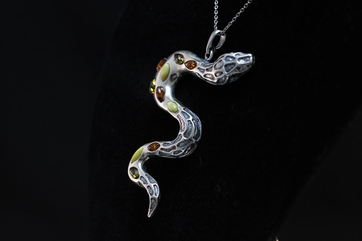 zmija privjesak