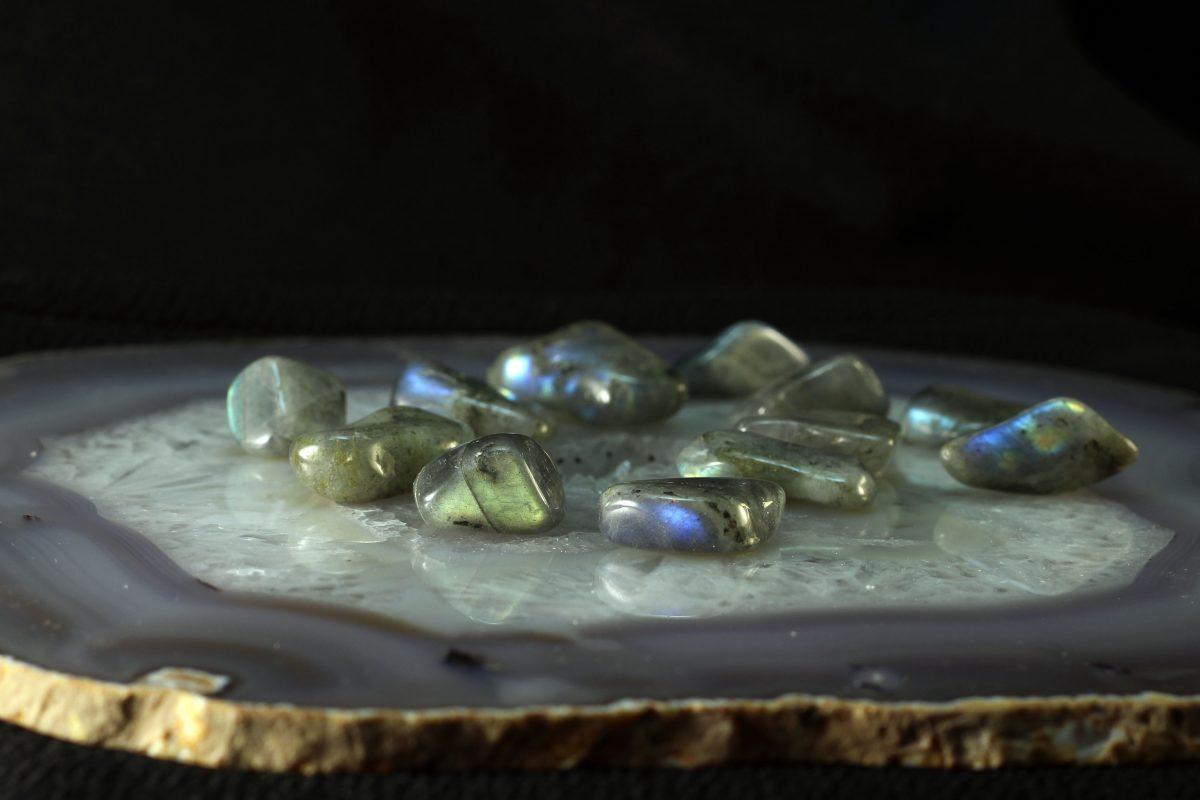 Kamenčići labradorita