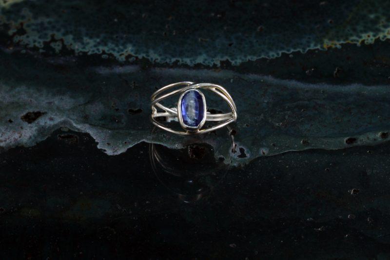 Unikatni prsten od srebra s kianitom