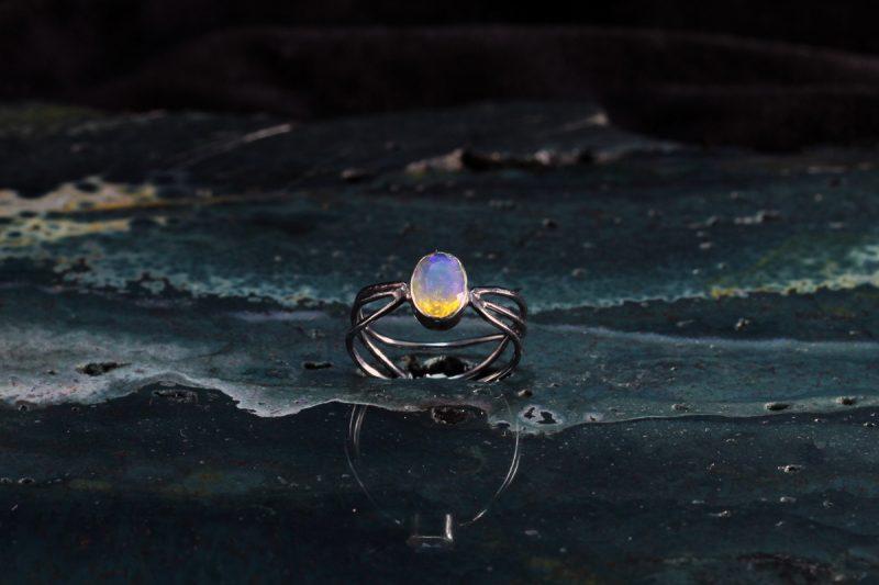 Unikatni prsten od srebra i prirodnog opala