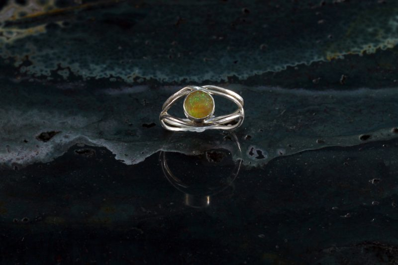 Unikatni prsten od srebra i opala
