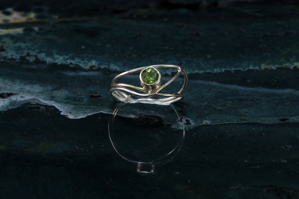Srebrni unikatni prsten s peridotom