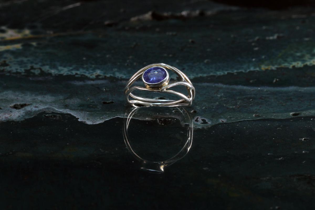 Unikatni prsten izrađen od srebra i tanzanita