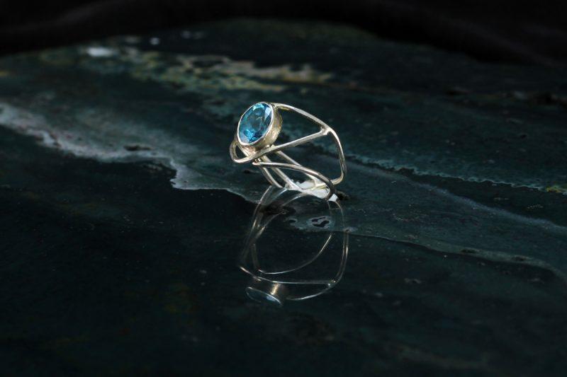 Unikatni srebrni prsten s topazom