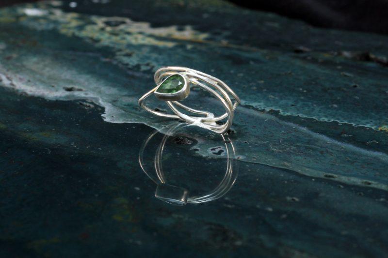Unikatni prsten od srebra i zelenog turmalina